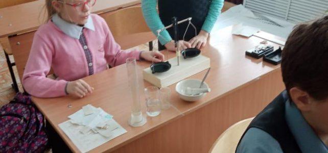 Обучающиеся научились производить взвешивание с помощью весов с гирями необходимой массы соли