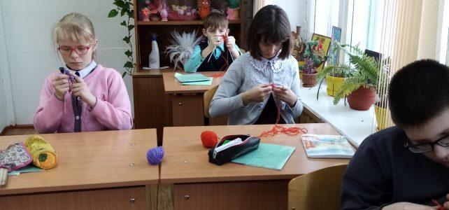 15 февраля прошёл урок технологии по теме: «Вязание спицами»